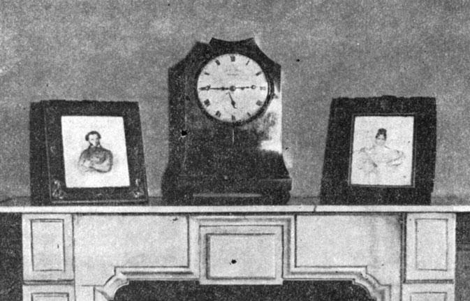 Часы и портреты на камине в кабинете А. С. Пушкина. Фотография
