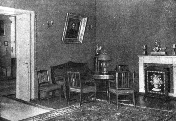 Уголок гостиной. Здесь за круглым столом собирались друзья А. С. Пушкина. Фотография