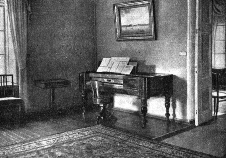 Клавесин в гостиной. Слева - шахматный столик. Фотография