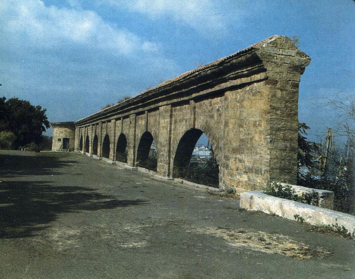 Стена Карантина (1794 г.) на территории парка имени Т. Г. Шевченко